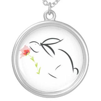 conejito y flor colgante redondo