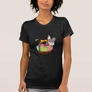 Conejito y huevos coloridos de pascua camisetas