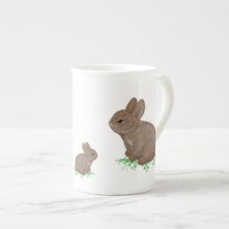 Conejitos adorables en trébol taza de porcelana