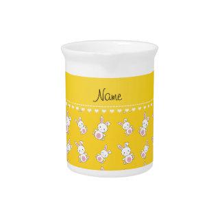 Conejitos blancos amarillos conocidos jarras de beber