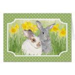Conejitos de la primavera en flores tarjeta de felicitación