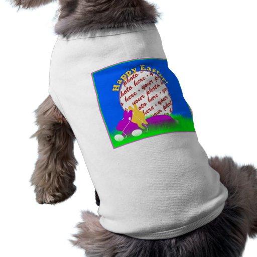 Conejitos de pascua con el marco de la foto de los camisas de perritos