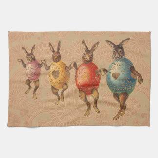 Conejitos de pascua del vintage que bailan con los toallas de cocina