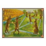 Conejitos de pascua del vintage que juegan polluel tarjeta