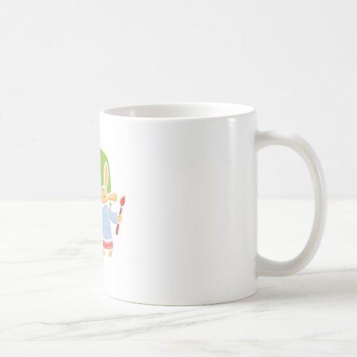 Conejitos de pascua lindos que pintan diseño taza de café