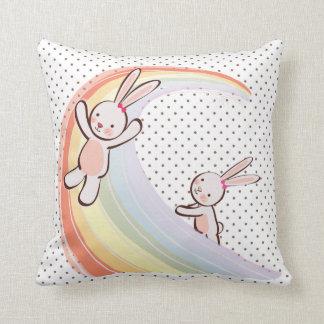 Conejitos del arco iris almohada