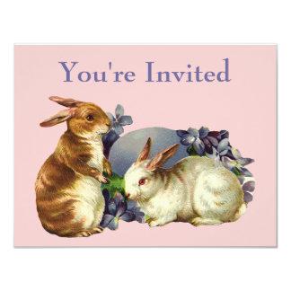 Conejitos del vintage con el huevo púrpura invitación 10,8 x 13,9 cm