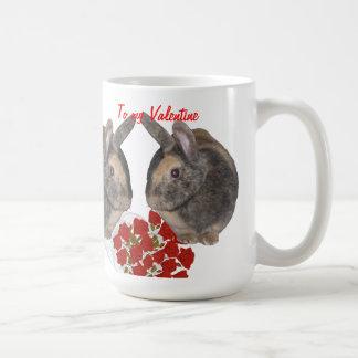 Conejitos dulces con las rosas rojas taza de café