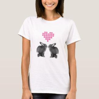 Conejitos lindos con el corazón rosado del pixel playera
