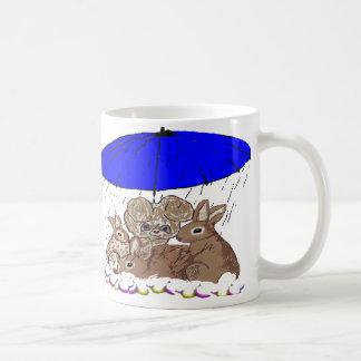 Conejitos mojados taza de café