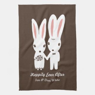 Conejitos que casan la novia y al novio con el toalla de mano