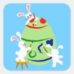 Conejitos que pintan un huevo de Pascua Colcomanias Cuadradases