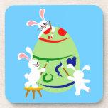 Conejitos que pintan un huevo de Pascua Posavasos De Bebidas