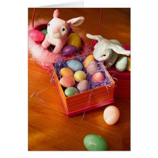 Conejitos y caja de tarjeta de los huevos