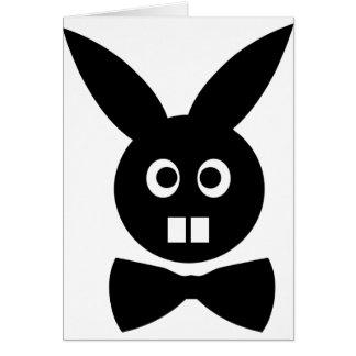 conejo agradable con el icono de la pajarita tarjeta de felicitación