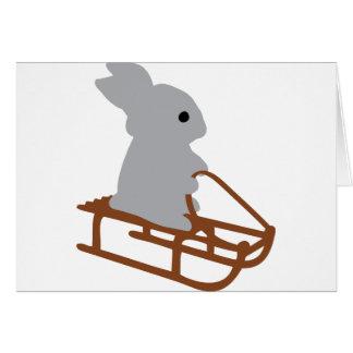 conejo agradable con el icono del trineo largo tarjeta de felicitación