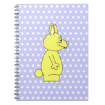 Conejo amarillo en modelo de punto púrpura cuaderno
