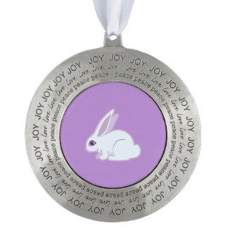 Conejo blanco con arte largo de los oídos adorno redondo de peltre