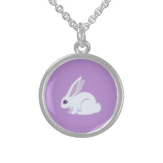 Conejo blanco con arte largo de los oídos collares de plata esterlina