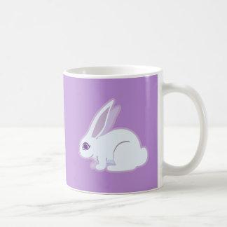 Conejo blanco con arte largo de los oídos taza