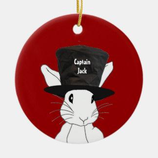 Conejo blanco en el ornamento del sombrero de copa ornamente de reyes