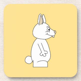 Conejo blanco en fondo amarillo posavasos de bebidas