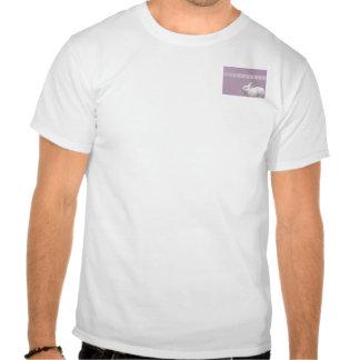 Conejo blanco en fondo de la lila camiseta