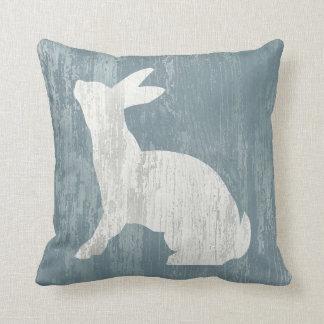 Conejo blanco en la madera almohada