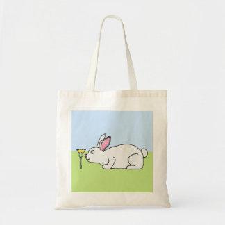 Conejo blanco En un césped Bolsas