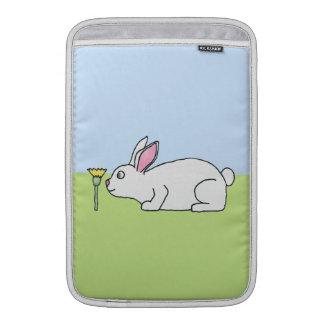 Conejo blanco. En un césped Funda Para Macbook Air
