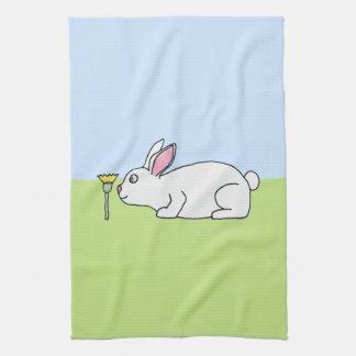 Conejo blanco. En un césped Toalla