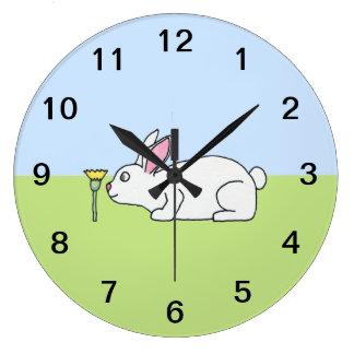 Conejo blanco. En un césped Relojes