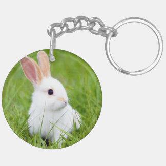Conejo blanco llavero redondo acrílico a doble cara
