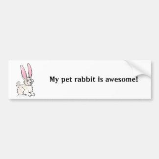 Conejo blanco que se sienta etiqueta de parachoque