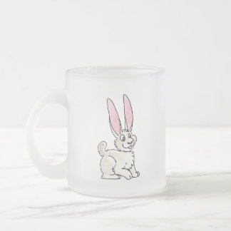 Conejo blanco que se sienta tazas