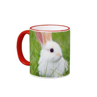Conejo blanco taza a dos colores