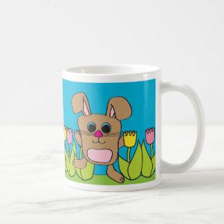Conejo - campo del tulipán - taza