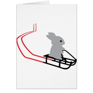 conejo con el icono del trineo largo tarjeta de felicitación