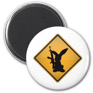 Conejo con la señal de peligro del arma imán para frigorifico