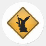 Conejo con la señal de peligro del arma pegatinas redondas