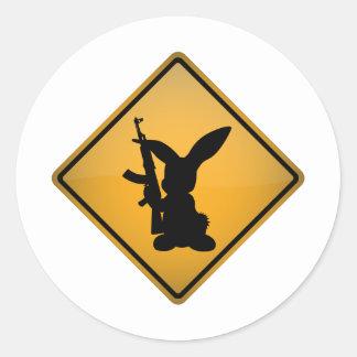 Conejo con la señal de peligro del arma pegatina redonda