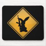 Conejo con la señal de peligro del arma alfombrilla de raton