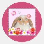 conejo con las flores pegatina redonda