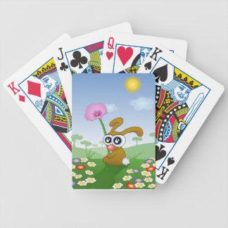 Conejo con los ojos grandes que se sientan en baraja de cartas