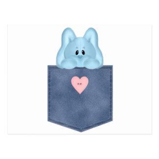 Conejo de conejito azul del bolsillo de Jean Tarjeta Postal