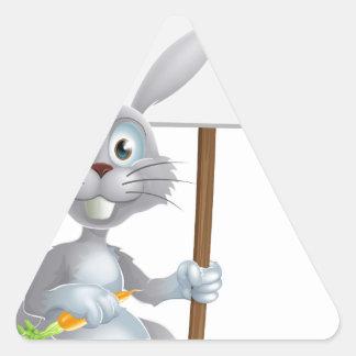 Conejo de conejito blanco con la muestra de la zan calcomanía triangulo