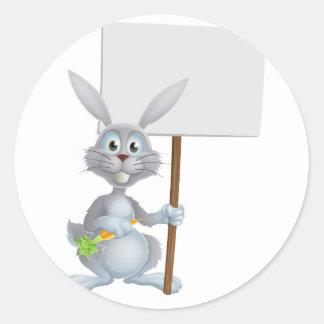 Conejo de conejito blanco con la muestra de la zan pegatinas redondas