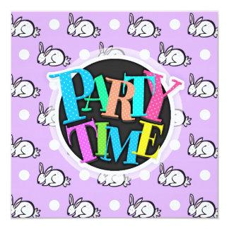 """Conejo de conejito blanco; Púrpura y lunares de la Invitación 5.25"""" X 5.25"""""""