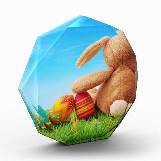 Conejo de conejito con cinco huevos