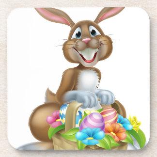 Conejo de conejito con la cesta de huevos de posavasos